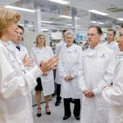 Federal Health Minister Greg Hunt touring UQ's IMB lab